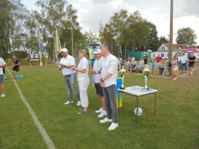 Vors. David Chollee, Frauenvors. Anja Pöschick, Geschäftsführer Bernd Ospalek und Hauptsponsor Wawrock vor den Auszeichnungen