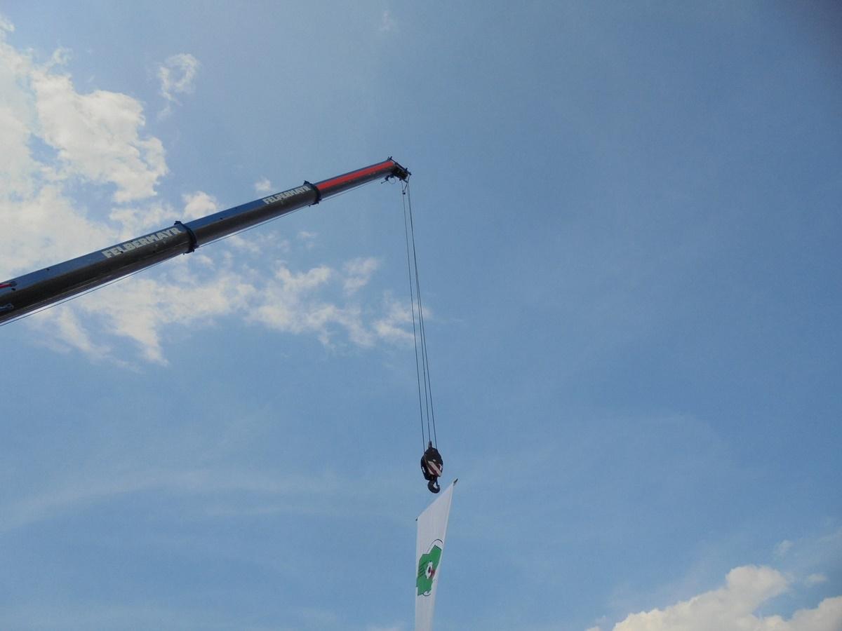 Eine feine Idee: die Fahne des Fußballkreises Niederlausitz am Schäckel eines Autokranes