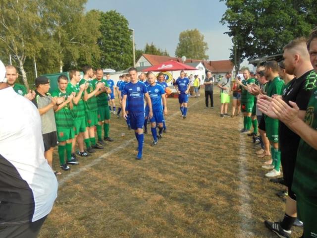 Wacker bildet Spalier für die Spieler vom SC Spremberg 1896