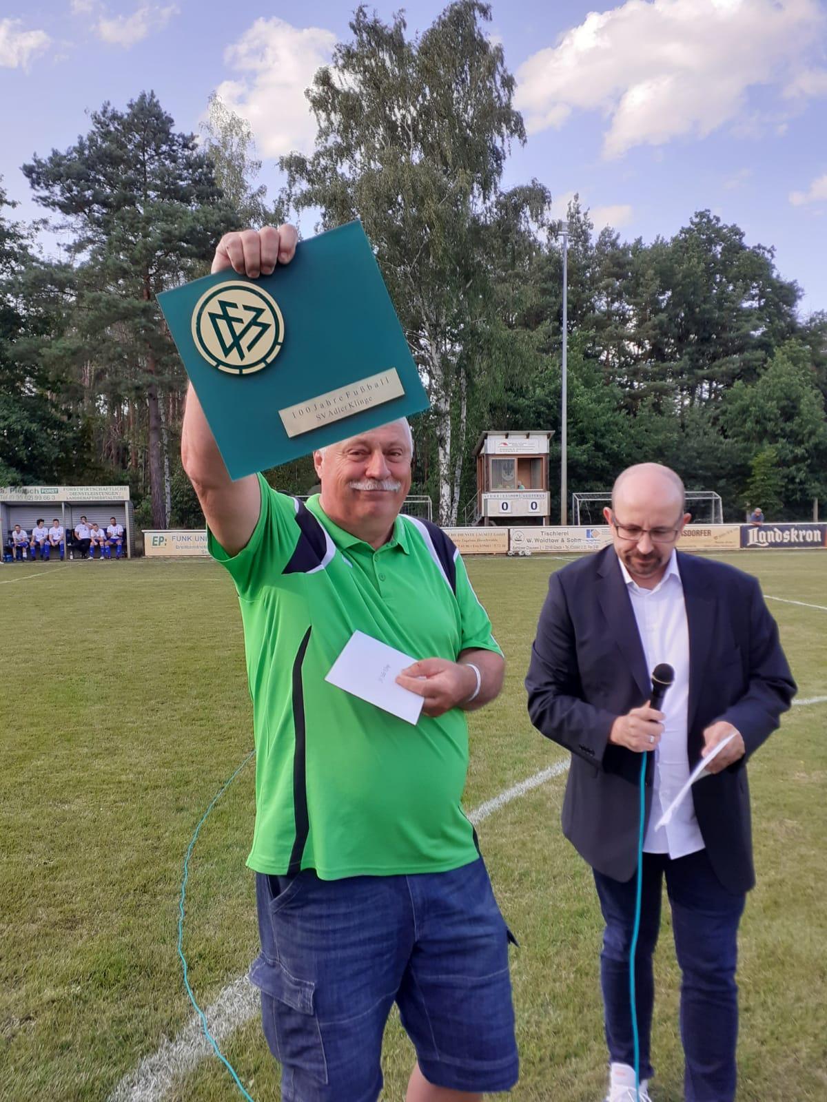 Bernd Wuschech mit der DFB Ehrentafel für den SV Adler Klinge